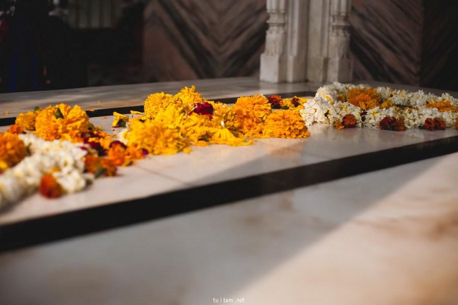 Sikhowie składaja kwiaty w ofierze - foto, Indie