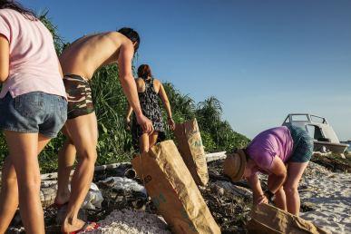 Sprzątanie plaży na Borneo - praca, TRACC