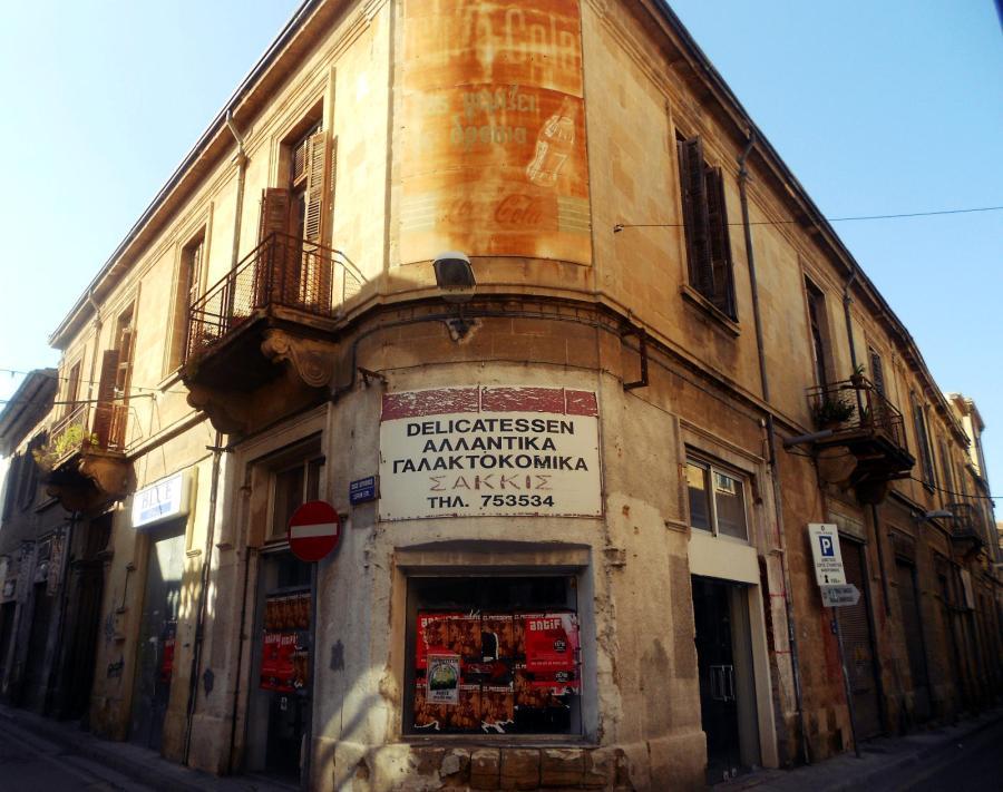 Cypr, Nikozja, budynek niedlaeko pasa granicznego między Cyprem i Cyprem Północnym