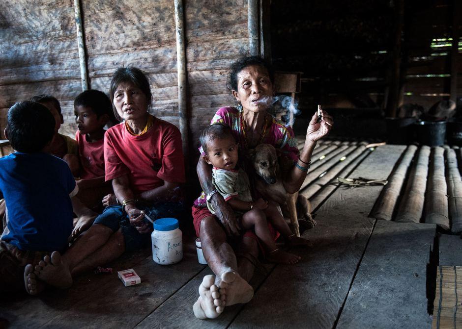 Mentawaje to nałogowi palacze. Zdjęcia z Indonezji, wyspa Siberut