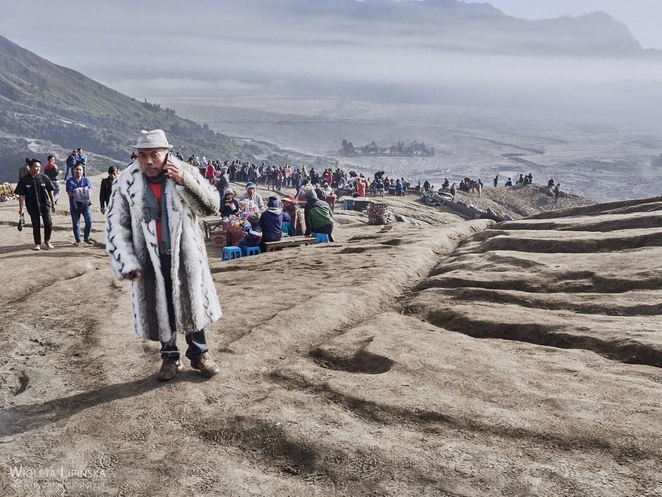 Indonezja, turyści nad wulkanem Bromo, podróże po Jawie