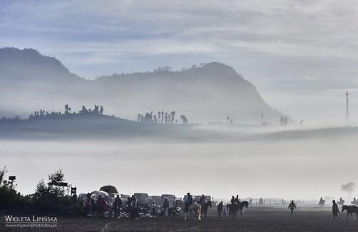 Indonezja - podróżowanie. Turyści w drodze na wulkan Bromo