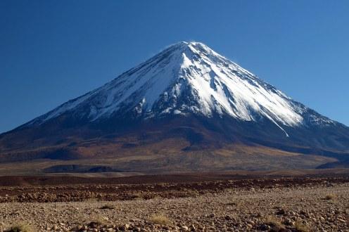 Podróż przez Atacamę w Chile. Licancabur górujący nad San Pedro