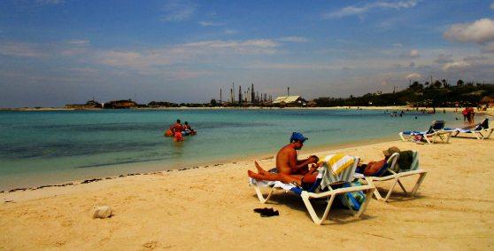 Aruba na Morzu Karaibskim, plaża i nieliczni turyści