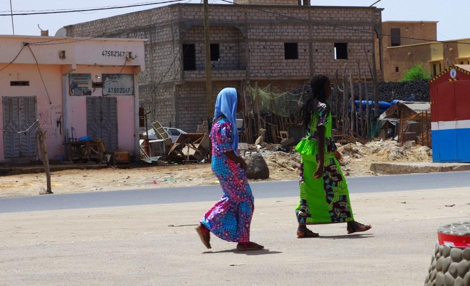 Mauretania, Nawakszut, kolorowo ubrane muzułmanki