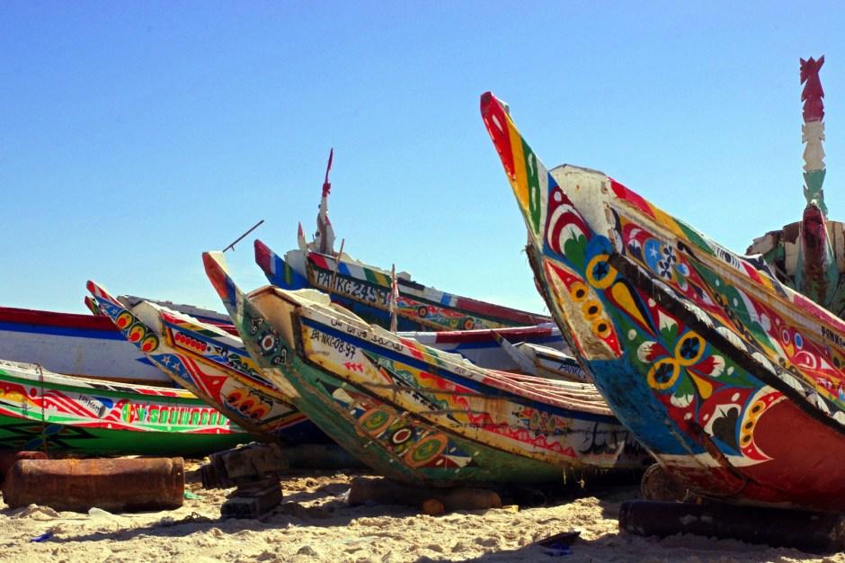 Mauretania, Nawakszut, kolorowe łodzie w porcie