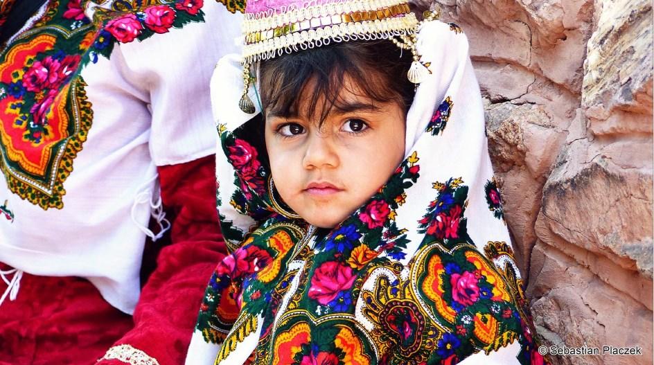 Iran, Abyaneh - zdjęcia z podróży. Dziewczynka w stroju Abyaneh