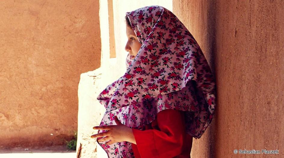 Iran, Abyaneh, dziewczyna huście w kwiaty - zdjęcia z podróży do Iranu