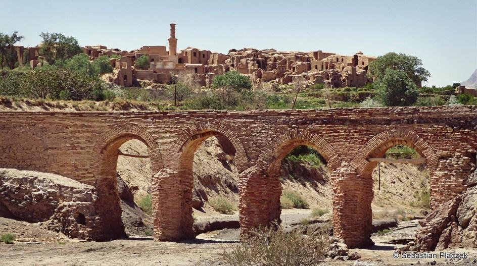 Podróż przez Iran. Wioska Kharanaq, akwedukt