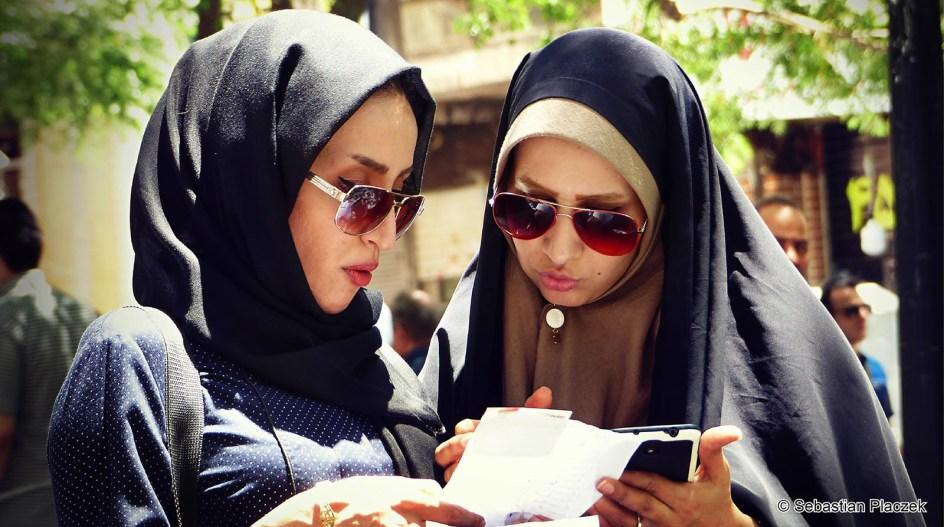 IRAN, Teheran. Kobiety, muzułmanki. Uliczna moda w Teheranie