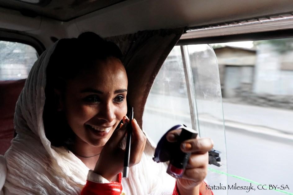 Zdjęcia z Etiopii. Kobieta w drodze na ślub