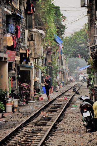 W Hanoi tory kolejowe przebiegają przez środek miasta, a życie toczy się dookoła nich.