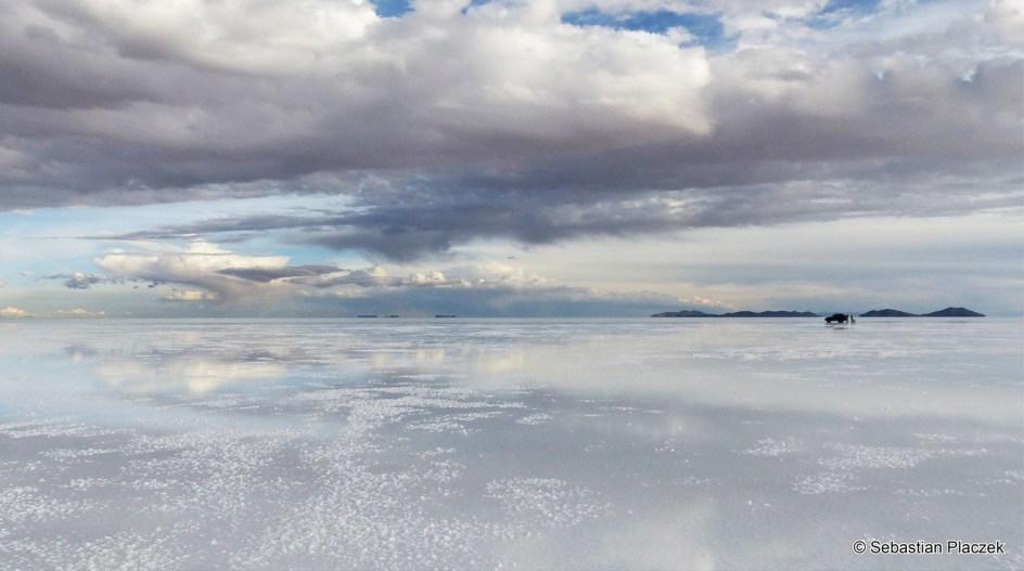 BOLIWIA, Uyuni. Salar de Uyuni. Największym solnisko świata. Jest położone na wysokości 3653 m n.p.m. i zajmuje powierzchnię 10 582 kilometrów kwadratowych.
