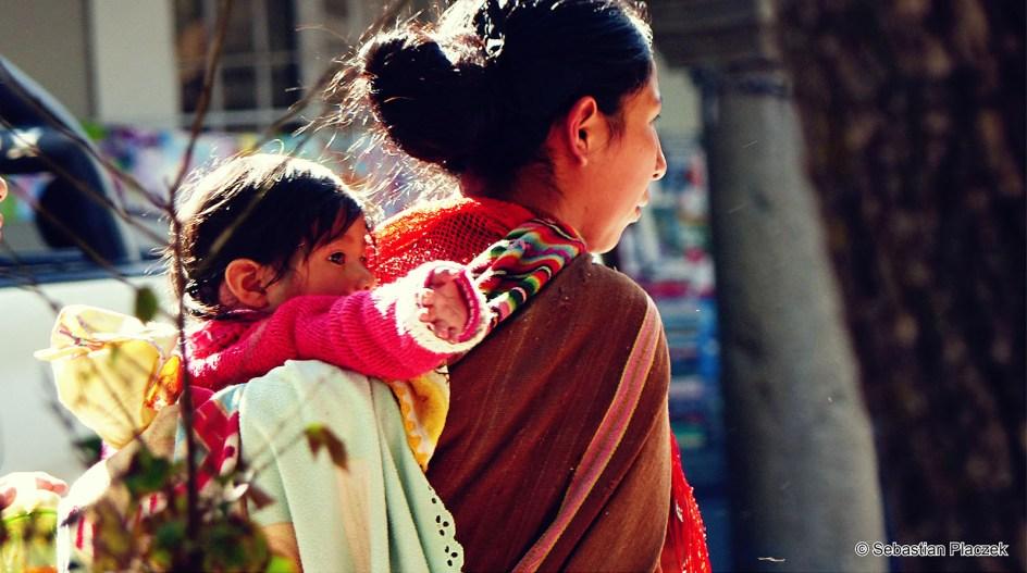 Boliwia, La Paz, kobieta z dzieckiem, street photo, podróże