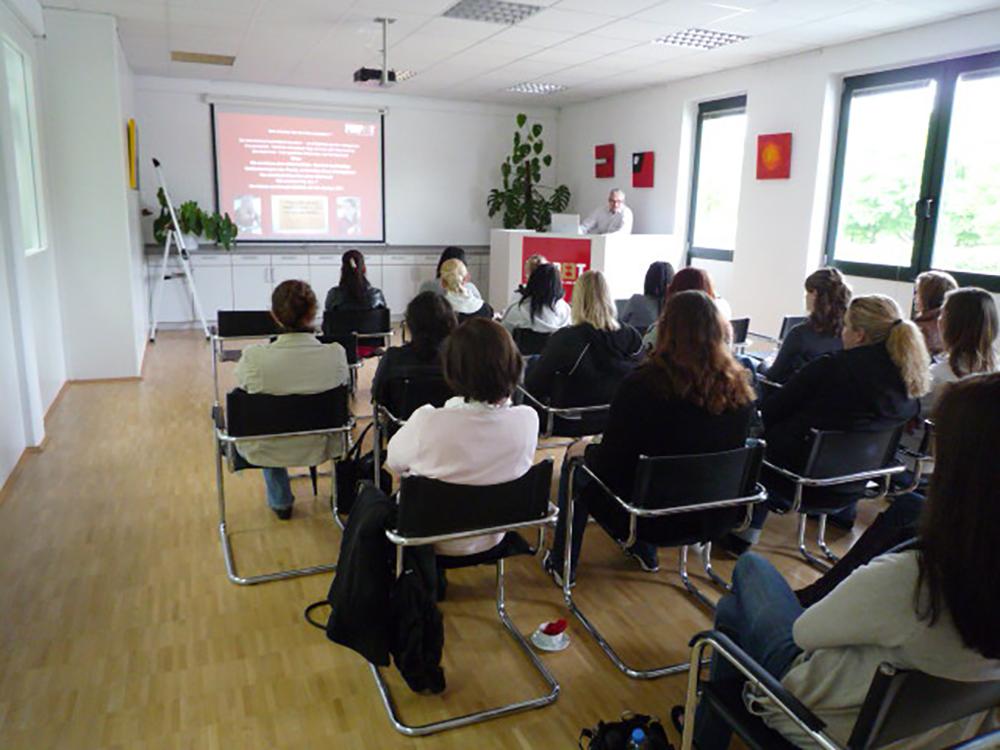 Gut gefüllter Seminarraum bei einem Lehrgang für Helfer/innen im hauseigenen Seminarzentrum
