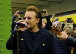 Ξαφνική εμφάνιση απο τους U2 στο μετρό του Βερολίνου!
