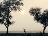 Persoon bij zonsondergang