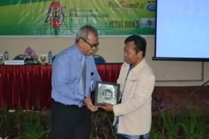 """Hilman Firmansyah (Kepala UPT Perpustakaan UNPAS sebagai Ketua FPPT JABAR) memberikan sambuatan pada acara Pertemuan Rutin IV dan workshop, dengan tema: """"Sertifikasi Pustakawan dalam Rangka Meningkatkan Kompetensi, untuk Menunjang Akreditasi Institusi dan Masyarakat Ekonomi ASEAN 2015"""" (The Librarian certification process in boosting the accredited institutions and the ASEAN Economic Community 2015) di Sekolah Tinggi Pariwisata Bandung (STPB)/NHI."""