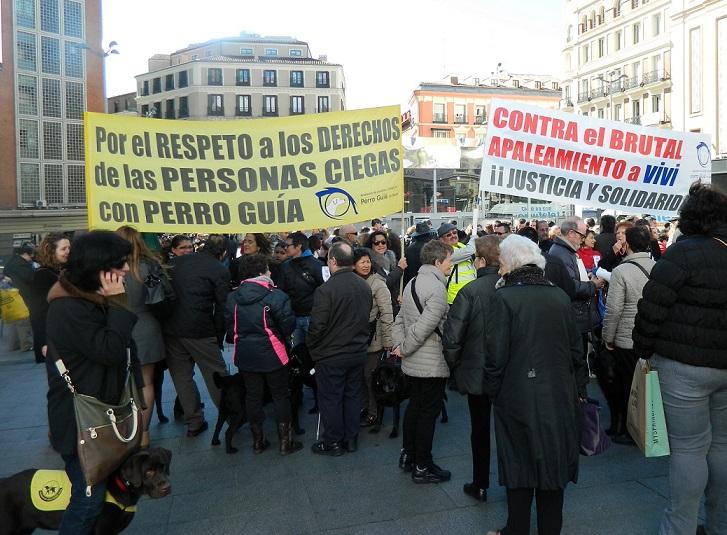Vista general de las dos pancartas desplegadas en Plaza de Callao