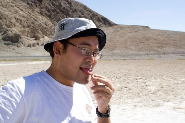 Probando sal en el Valle de la Muerte