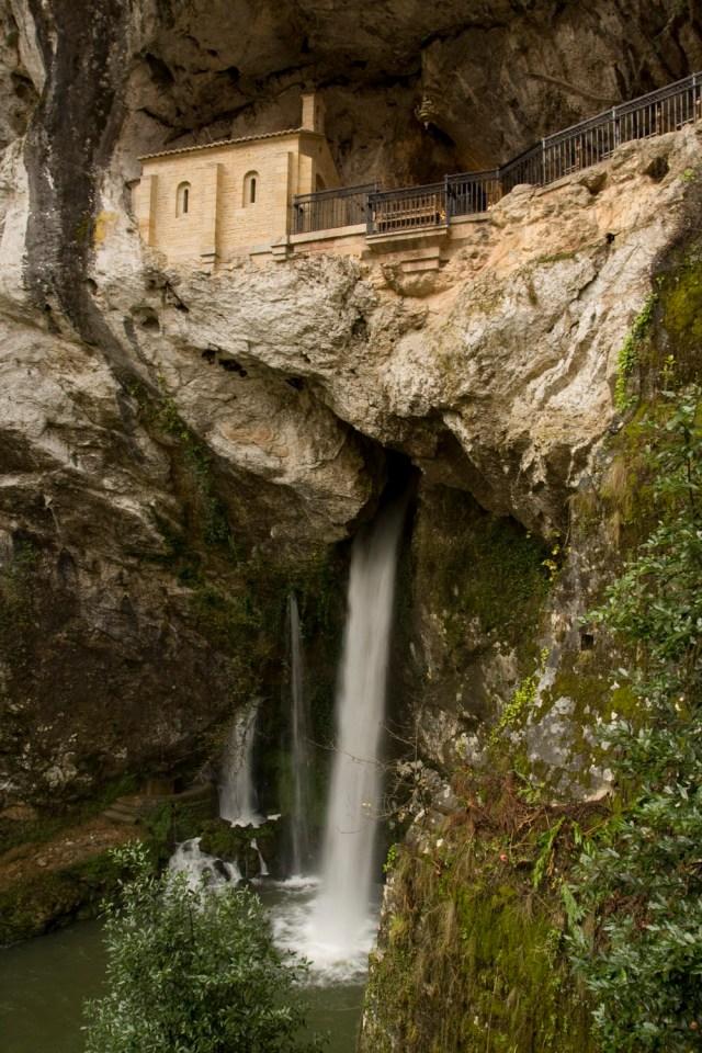 La Santa Cueva de Covadonga, Asturias, España