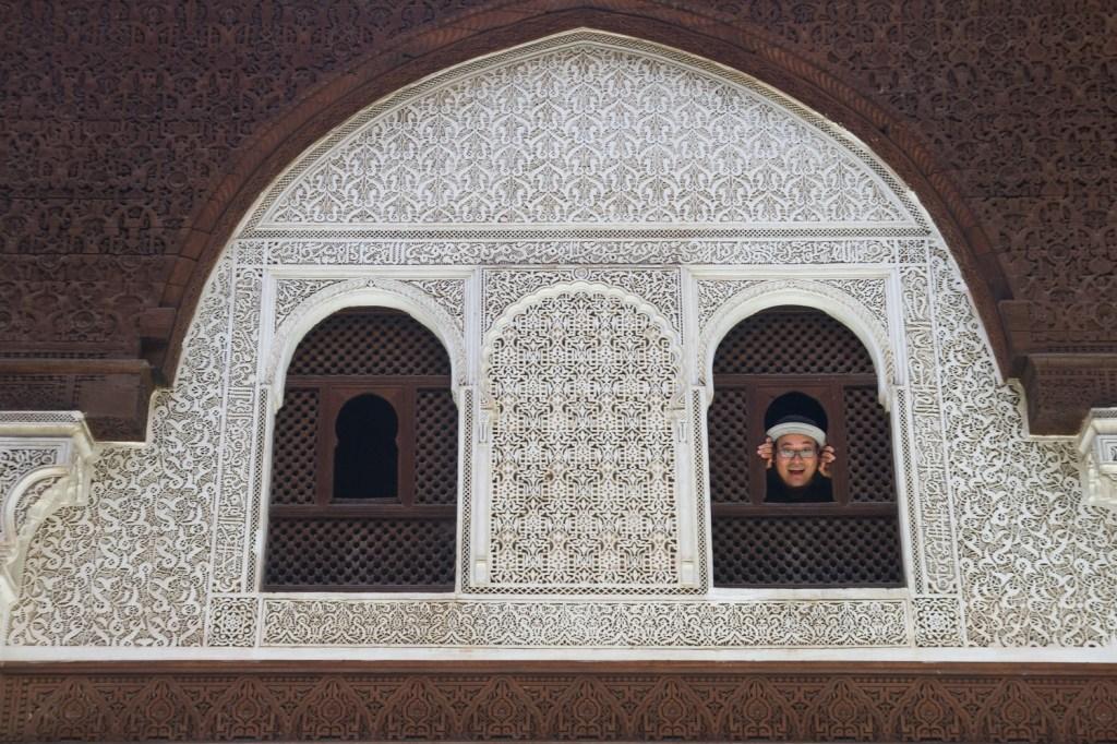 Carlos asomado por la ventana de una de las habitaciones de la madraza Bou Inania