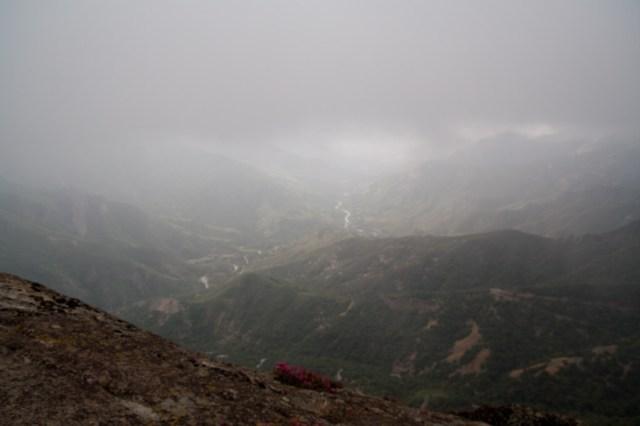 Vista desde Moro Rock en un día nublado, Parque Nacional de las Secuoyas, EE.UU.