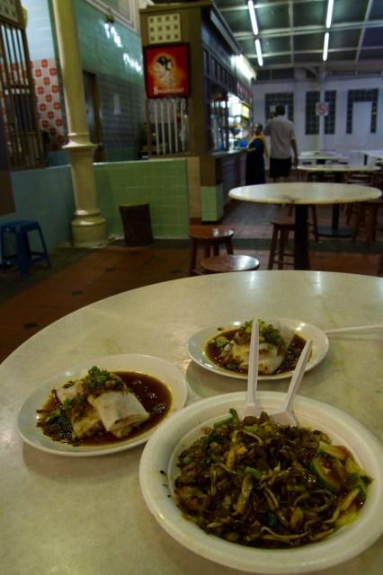 Deliciosa comida asiática en el hawker centre Lau Pau Sat, Singapur