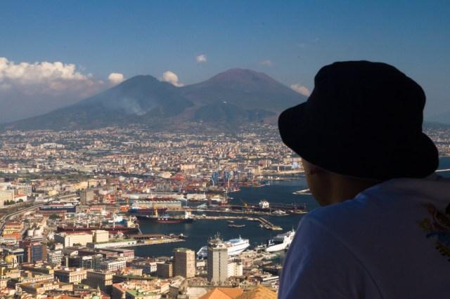 Contemplando el terrorífico Vesubio desde el Castel dell'Ovo, Nápoles, Italia