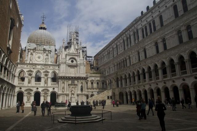 Patio interior del Palacio Ducal de Venecia, Italia