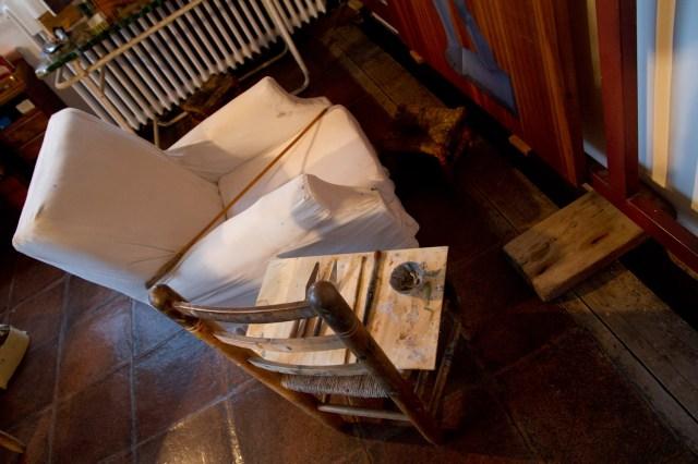 La silla y el caballete móvil de Dalí en su casa en Portlligat, Cadaqués