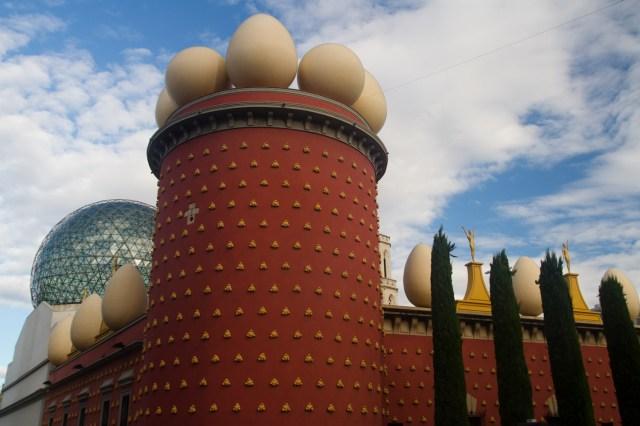 Exterior del Teatro-Museo Dalí, Figueras, España