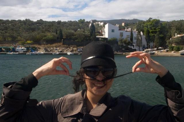Imitando a Dalí frente a su casa en Portlligat, Cadaqués