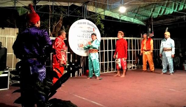 Berdialog lewat lawak dalam drama rakyat