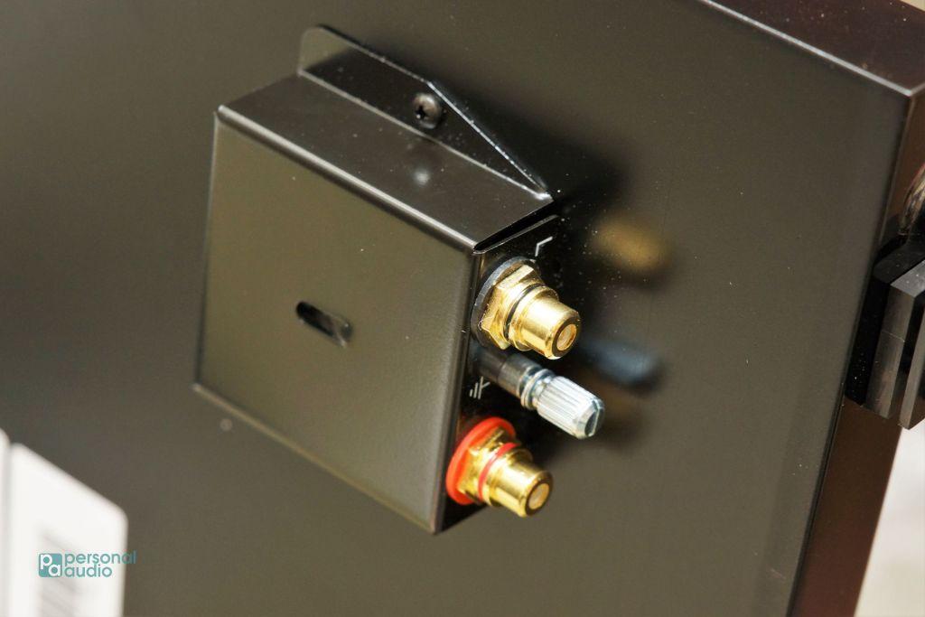 順便看一下底座之下有些甚麼,首先看到輸出插座。