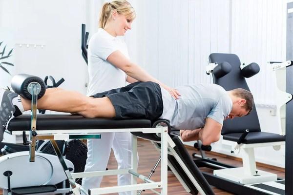 Imagen de un profesional de la salud que ayuda al paciente a realizar ejercicios para el dolor lumbar y la ciática.