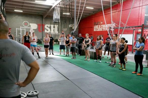 Immagine del trainer che dimostra esercizi di riabilitazione.