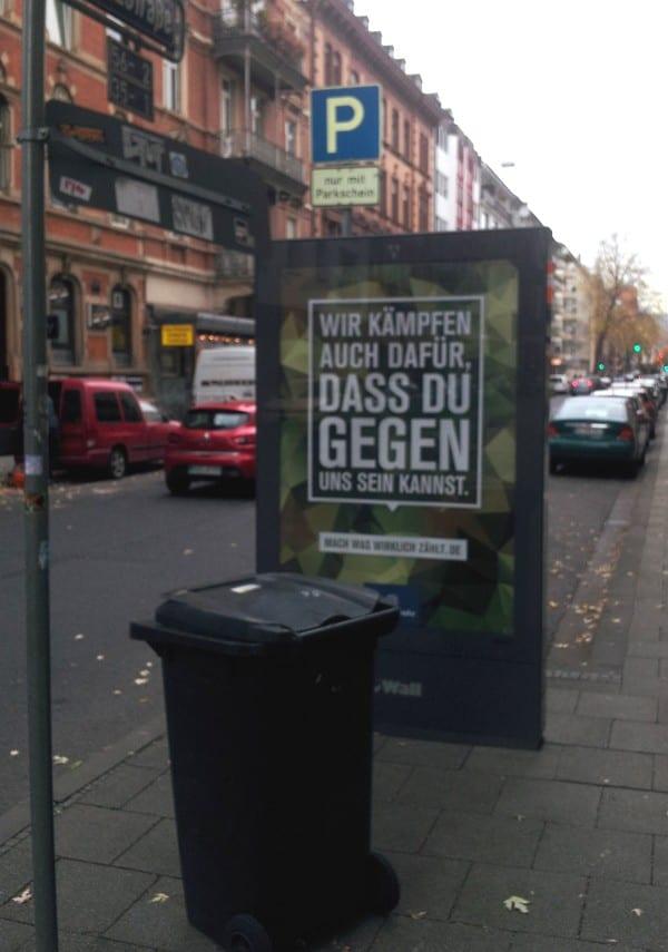 Employer Branding für die Tonne - Bundeswehr-Plakat in Wiesbaden