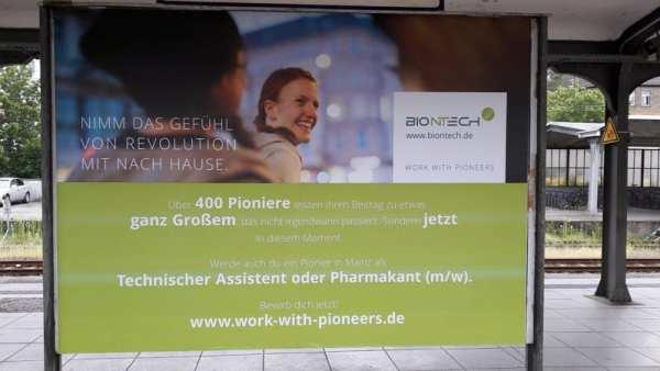 Plakat am Hauptbahnhof Mainz - BioNTech sucht Pioniere