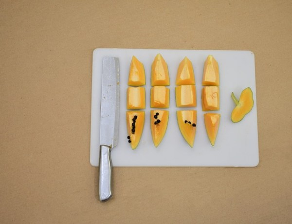 Gegrilde zalm met bloemkoolrijst en papaya-tomaat-avocado salsa