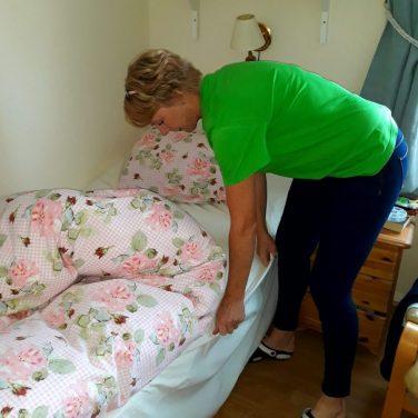 Hjelp til å skifte på sengen