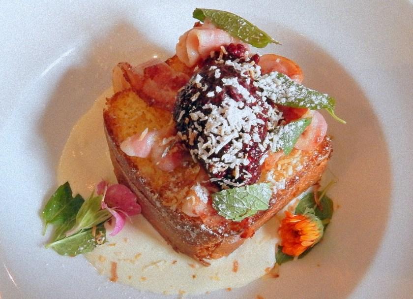 Il french toast con rabarbaro, cocco e fiori di Federal & Wolfe