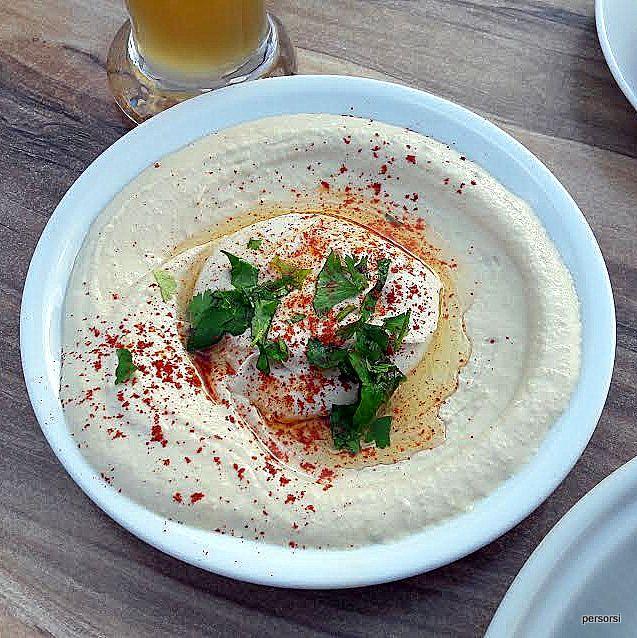Questo è un hummus mangiato in un bar sul lungomare