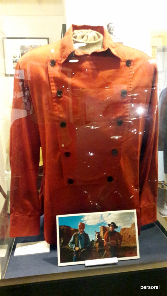 Camicia indossata da John Wayne, al museo di Lone Pine