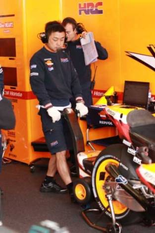 starter motogp honda RCV213V on the wheel