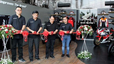 (dari kiri ke kanan) Ronaldo Widjaja, Region Head Astra Motor Yogyakarta ; Margono Tanuwidjaja, Marketing Director Astra Honda Motor ; Sigit Kumala, Chief Executive Astra Motor ; dan Octavianus Dwi P, Chief Operations Astra Motor melakukan pemotongan pita sebagai puncak prosesi Grand Opening Honda Big Wing Showroom Astra Motor Yogyakarta.