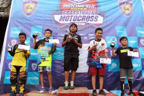 Podium Viar Racing Team Sabet 5 Piala di Indonesia Super Grasstrack Motocross 2016 pertamax7.com