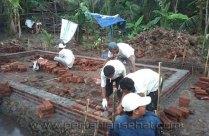Mitra tani bergotong royong membangun gudang inpoktan