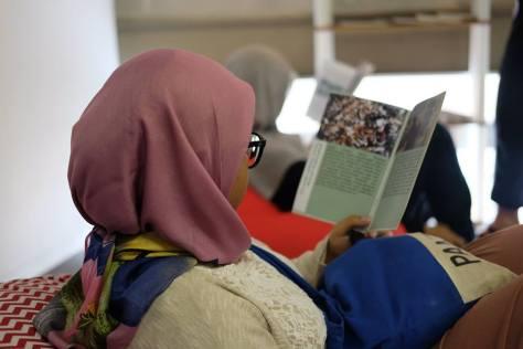 Pengunjung sedang membaca literatur kineklub