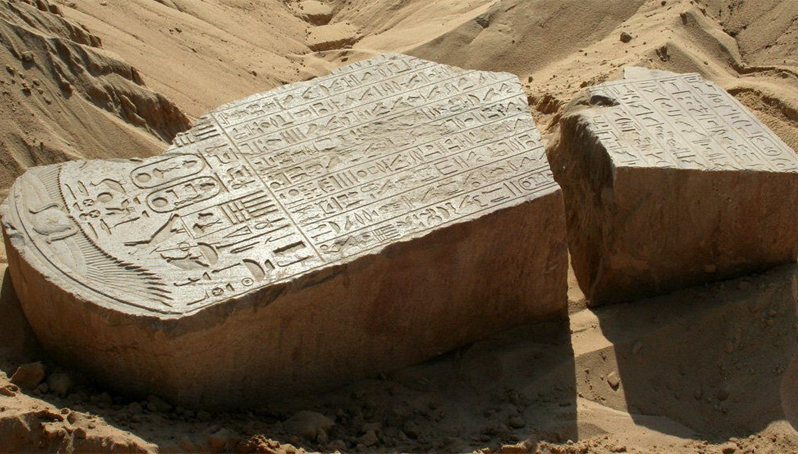 La pieza consta de dos partes de piedra arenisca roja que tienen esculpidas el nombre del rey Apries (EFE)